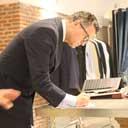 El sastre Bere Casillas asesorando a su cliente para un traje a medida